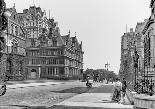 5th Avenue, rear of Vanderbilt mansion. Newly built Plaza Hotel can be seen in the background, New York 1910